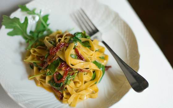 Fresh Tagliatelle with Garlic, Rucola and Sundried Tomatoes Recipe