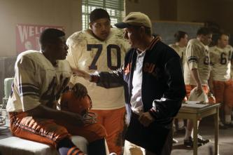 The Express (L to R) College football hero Ernie Davis (ROB BROWN), fellow player Jack Buckley (OMAR BENSON MILLER) and Coach Ben Schwartzwalder (DENNIS QUAID) in a drama based on the true story of the running back who smashed barriers on and off the field The Express. Photo Credit: Chuck Hodes