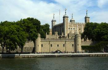 The Tower of London offers historical re-enactments of prisoners trying to escape and kings preparing for siege warfare.