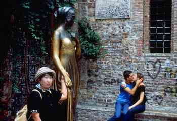 Love is in the air at the House of Juliet, where you'll find amorous graffiti, couples romancing, and tourists getting cozy with Juliet's statue.